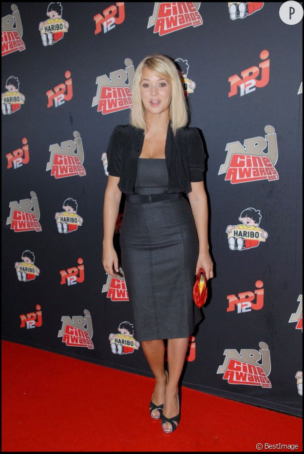 Virginie Efira : robe bustier cintrée et caraco, le look de working girl chic.