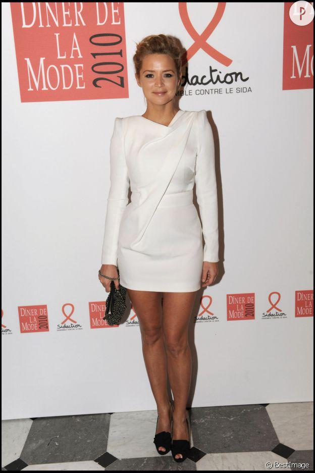 Virginie Efira ose la mini-robe blanche à la coupe graphique. On adore. Une fashionista est née.