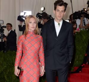 Josephine de la Baume et son mari Mark Ronson, tous les deux en Topshop au Met Ball 2015.