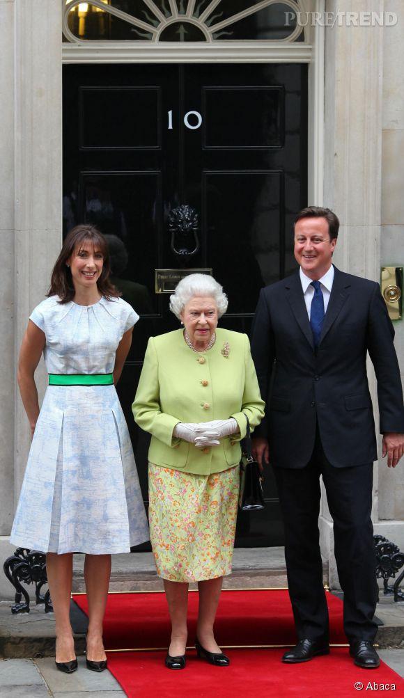Devant la reine Elizabeth, Samantha Cameron se fait sage et un brin rétro en robe plissée.