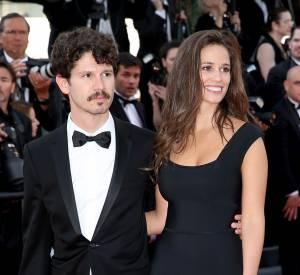 """Lucie Lucas en charmante compagnie lors de sa montée des marches du film """"Carol"""" ce dimanche 17 mai 2015."""