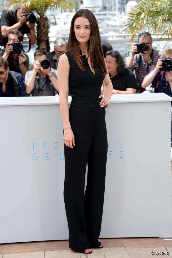 Charlotte Le Bon est habillée d'une simple combinaison noire.