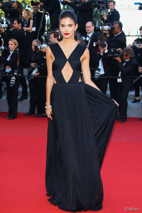 Le mannequin portuguais Sara Sampaio était très sexy dans sa robe  Vionnet, collection Printemps 2015 pour cette montée des marches  jour 6.