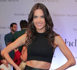Alessandra Ambrosio : la bombe brésilienne ose la jupe en cuir fendu