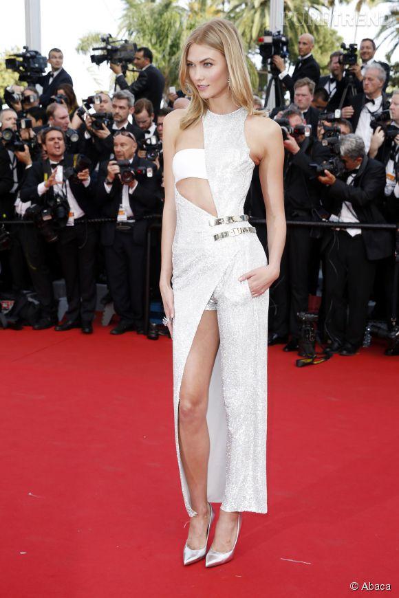 Karlie Kloss ose le graphisme et l'asymétrique au Festival de Cannes.