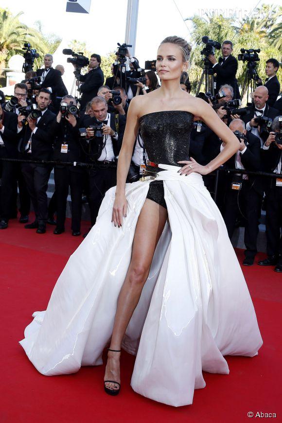 Natasha Poly ose le body sur le red carpet en Atelier Versace.