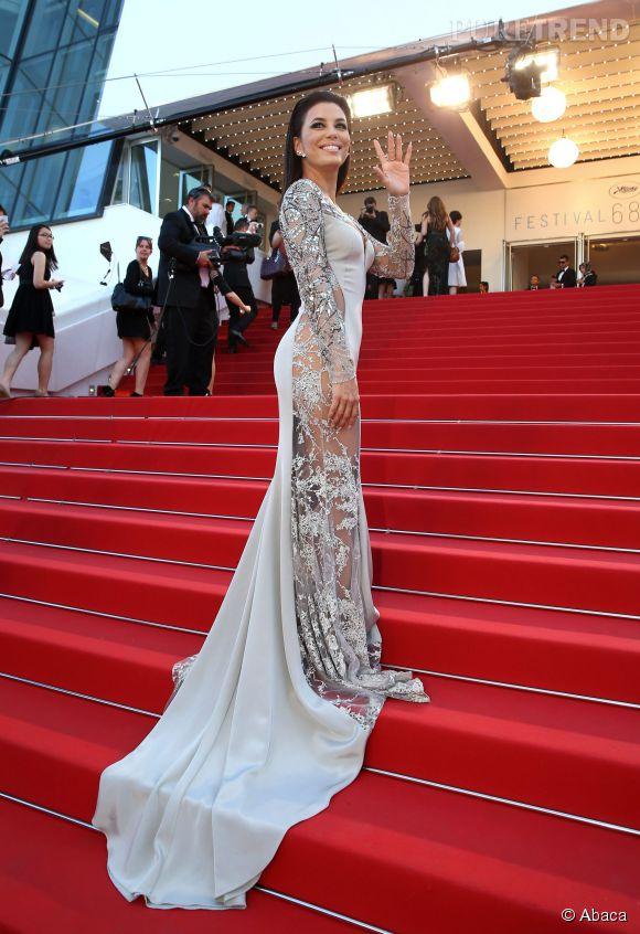 En bonne habituée des marches, Eva Longoria ose la transparence sexy et le wet look en Gabriela Cadena.