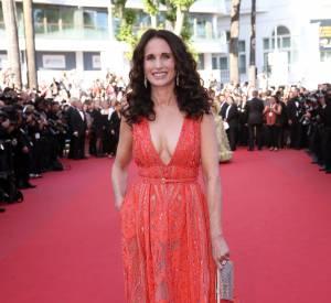 Andie MacDowell, sublime dans sa robe tangerine signée Elie Saab, accessoirisée d'une cascade de boucles.