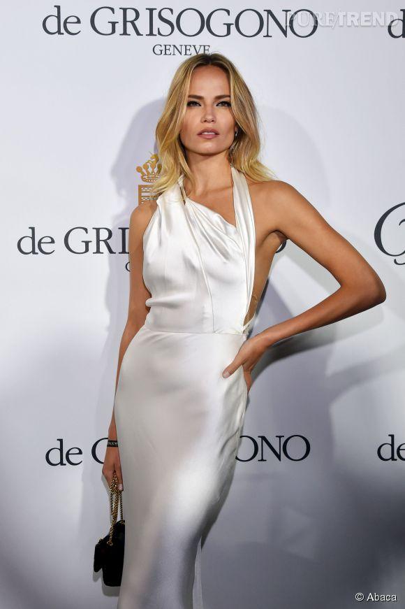 Natasha Poly, la blonde fatale, parfaite égérie L'Oréal Paris à Cannes avec son brushing glamour.