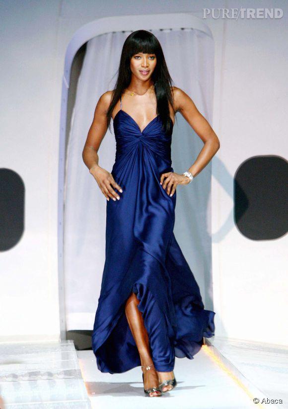 Naomi Campbell, sublime en soie bleu nuit.