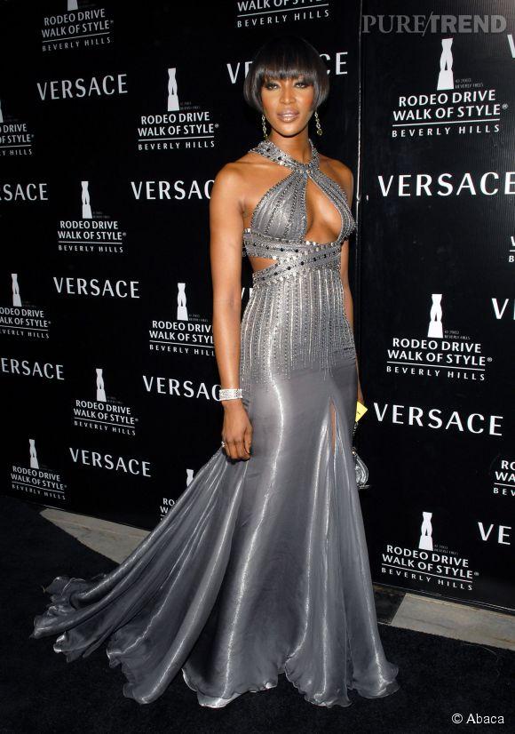 Les création Versace semblent avoir été pensées pour elle.
