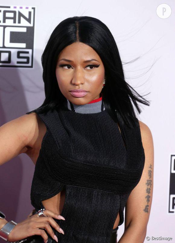 Nicki Minaj nous a encore fait profiter de son dernier look provoquant, vendredi 5 mai 2015. C'est dans une combinaison en cuir moulante, que la star a révélé sa poitrine prête à exploser...