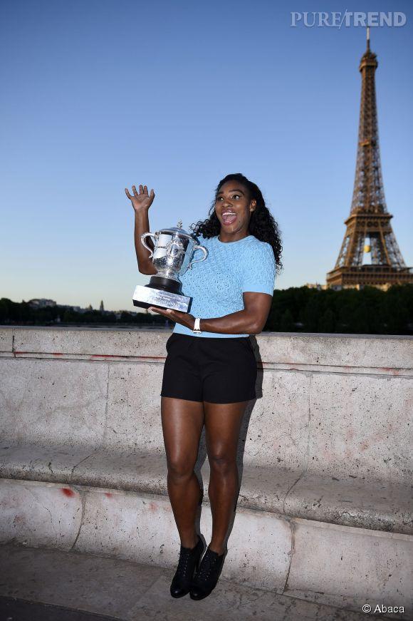 Serena Williams prend la pose avec sa coupe devant la Tour Eiffel après sa victoire à Roland Garros le 6 juin 2015.