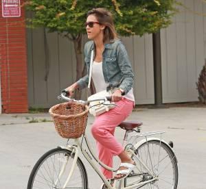 Jessica Alba, cycliste à la pointe du style : un look à copier !