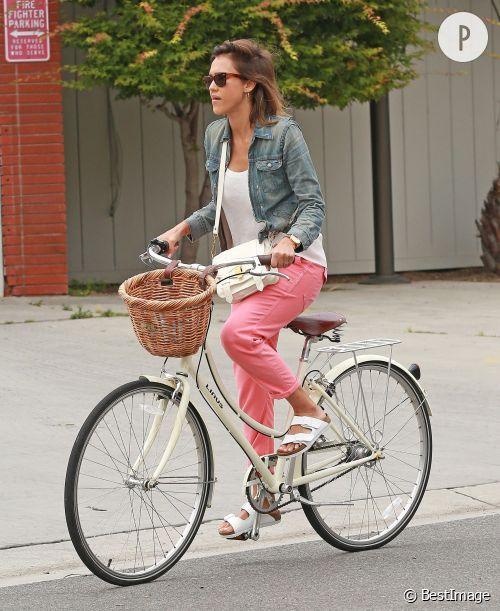 Jessica Alba, une cycliste lookée !
