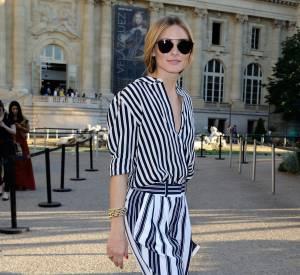 Olivia Palermo nous donne une nouvelle leçon mode au défilé Giambattista Valli à Paris le 5 juillet 2015.