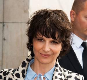Juliette Binoche : cheveux courts et manteau léopard, un nouveau look rock