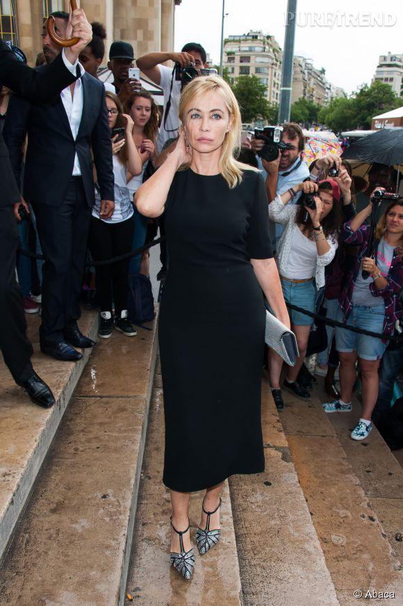 Emmanuelle Béart prend volontiers la pose devant le Palais de Chaillot le 7 juillet 2015 à Paris.