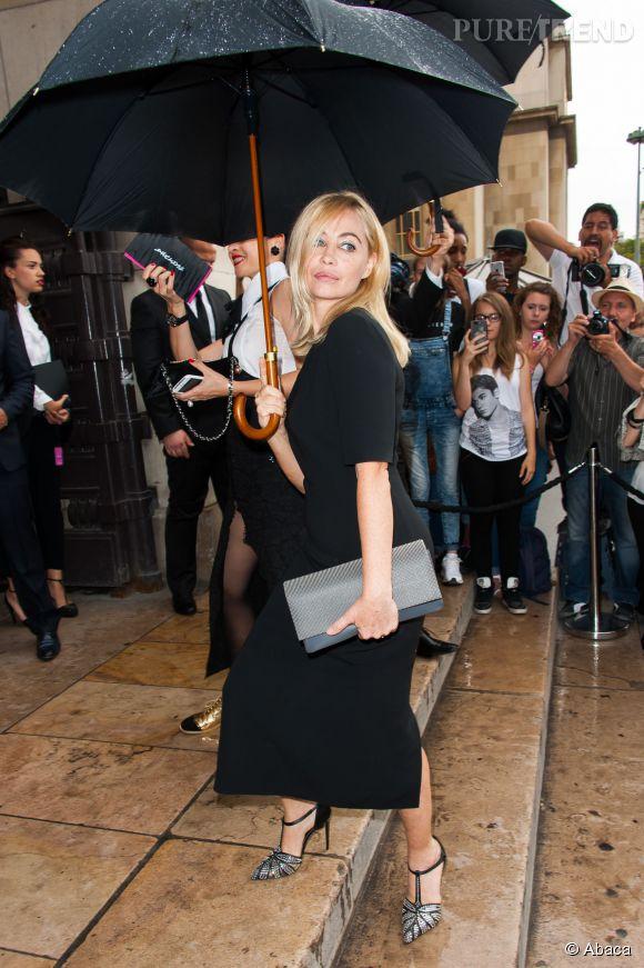 Emmanuelle Béart fait une arrivée très remarquée au défilé Armani Privé le 7 juillet 2015 à Paris.