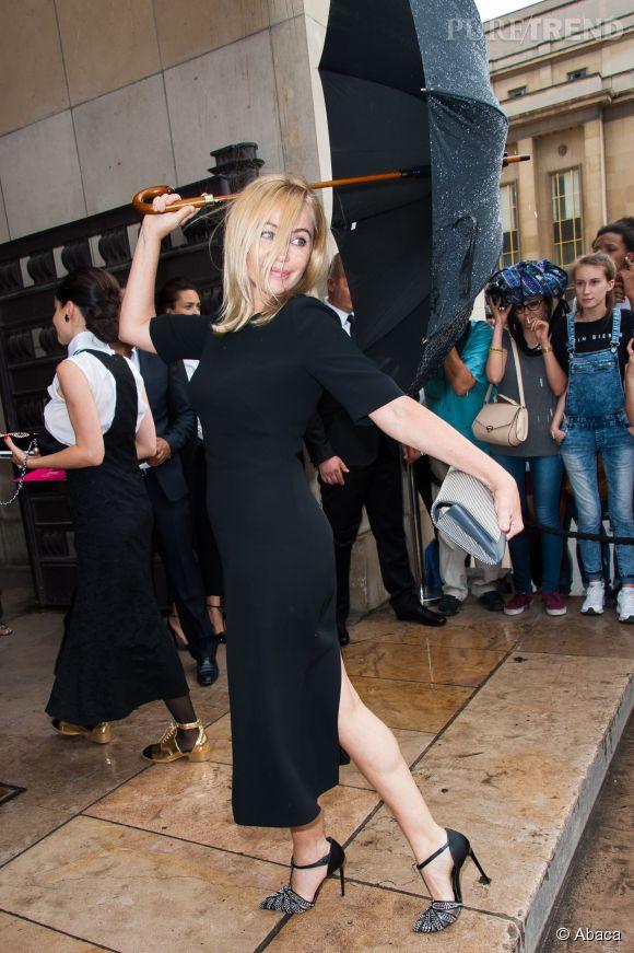Emmanuelle Béart très star au défilé Armani Privé le 7 juillet 2015 à Paris.
