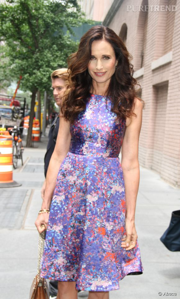Andie MacDowell, canon dans sa jolie robe fleurie, hier à New York.