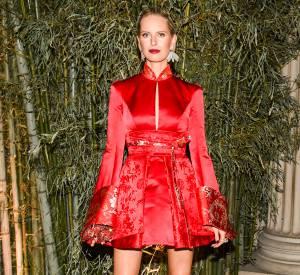 Karolina Kurkova, plus sublime que jamais dans une petite robe en satin rouge.