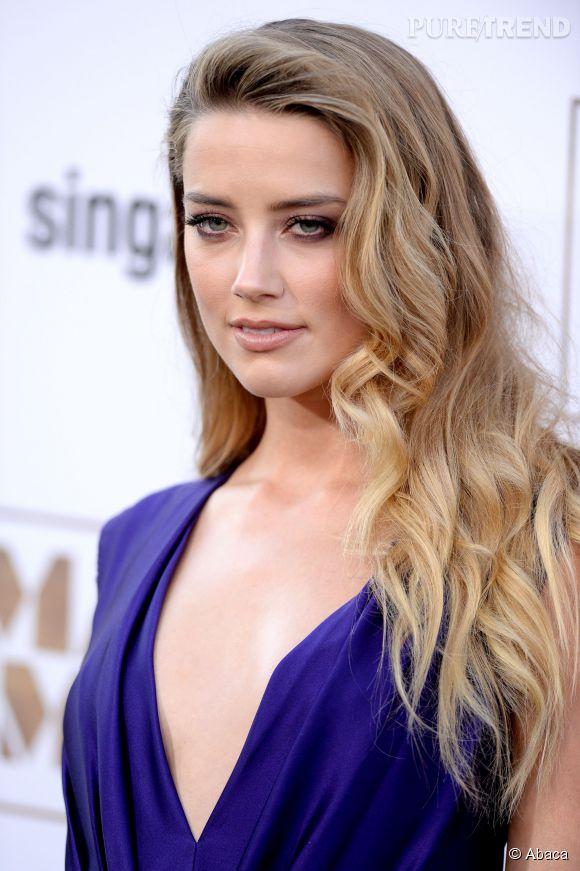 Amber Heard, femme fatale en robe décolletée.