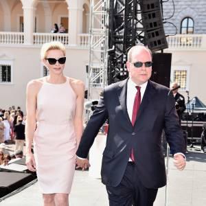 Charlène et Albert de Monaco sur la place du Palais pour célèbrer les dix ans de règne du prince. Charlène s'est révélée plus enjouée que jamais au cours de ce week-end.