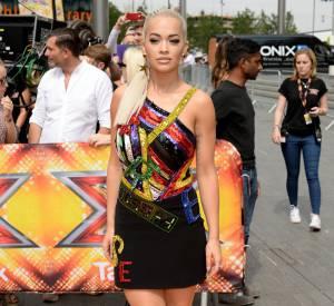 Rita prend la pose sur le tapis rouge déroulé devant Wembley pour les éditions de Londres le 16 juillet 2015.
