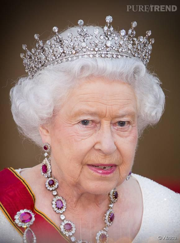 """Elizabeth II s'apprête à voir un cliché d'elle effectuant le salut nazi, en couverture du journal """"The Sun, samedi 18 juillet 2015."""