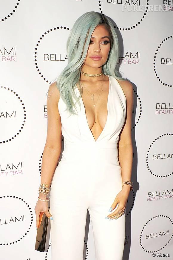 En mini bimbo assumée, Kylie Jenner se révèle dans un maillot de bain qui ne cache rien de sa poitrine, sur Instagram.
