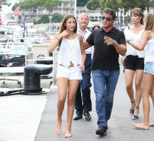 Sylvester Stallone prend un bain de foule en famille à Monaco.