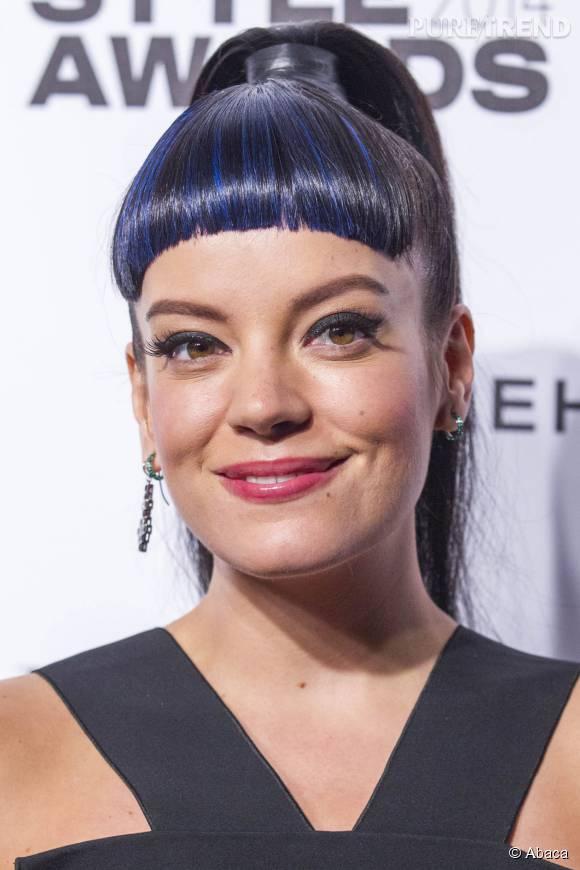 Frange courte, mèches bleues... C'est un raté pour la chanteuse Lily Allen.
