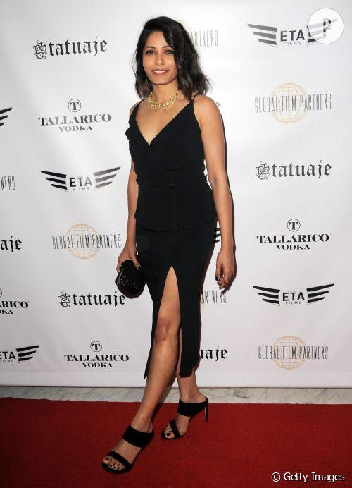 Freida Pinto montre tout son potentiel dans cette somptueuse robe fendue.