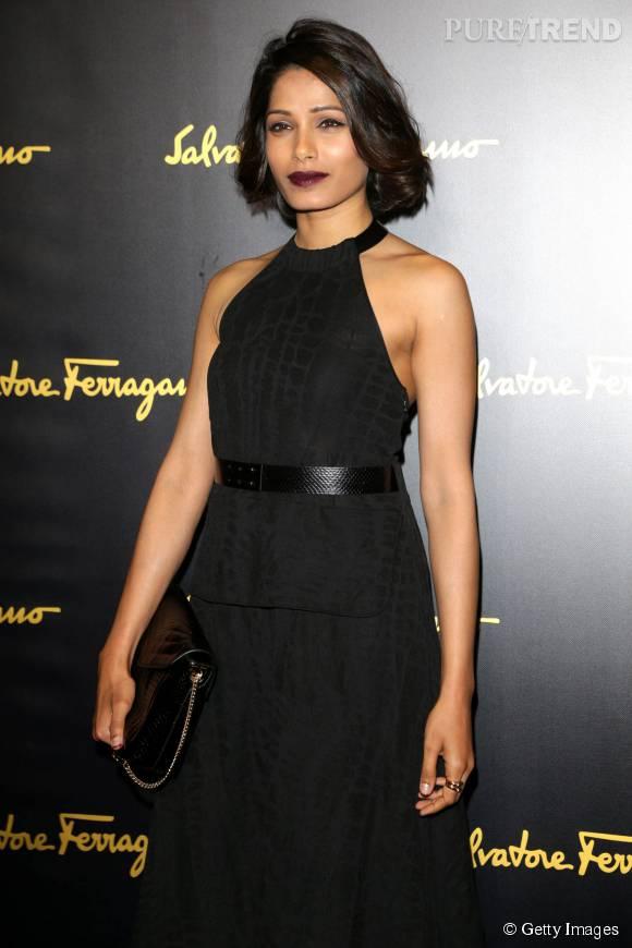 Freida Pinto a l'habitude des robes noires et ténébreuses.