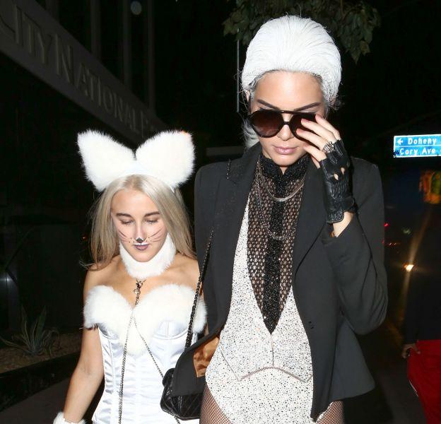 Kendall Jenner déguisée en Madame Karl Lagerfeld.