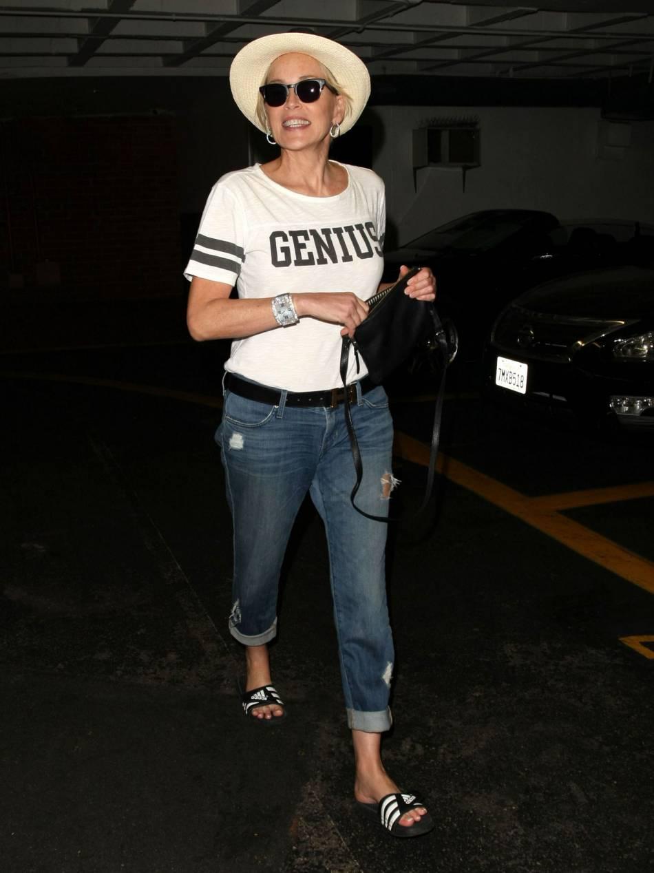 Sharon Stone, cool et décontractée, tant pis pour l'élégance.