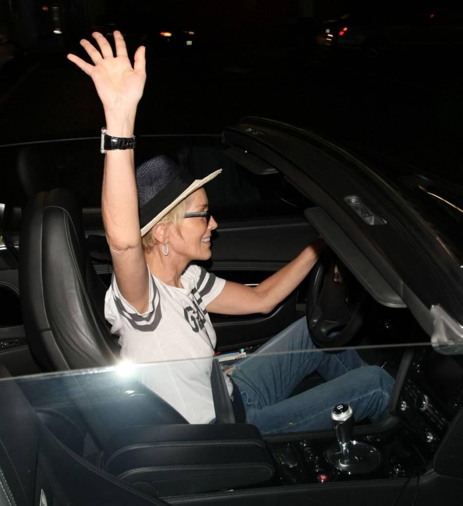 Sharon Stone, de bonne humeur dit au revoir aux paparazzis.