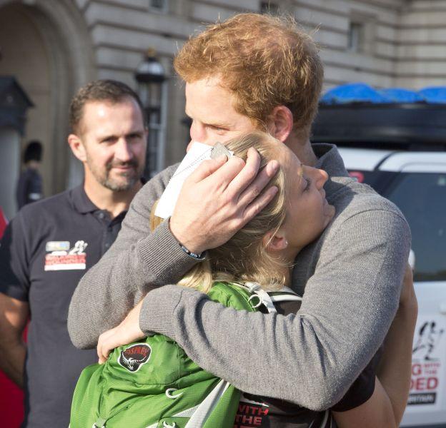 """Ce dimanche 1er novembre 2015, le prince Harry accueille les vétérans qui reviennent de la marche """"The Walk of Britain""""."""