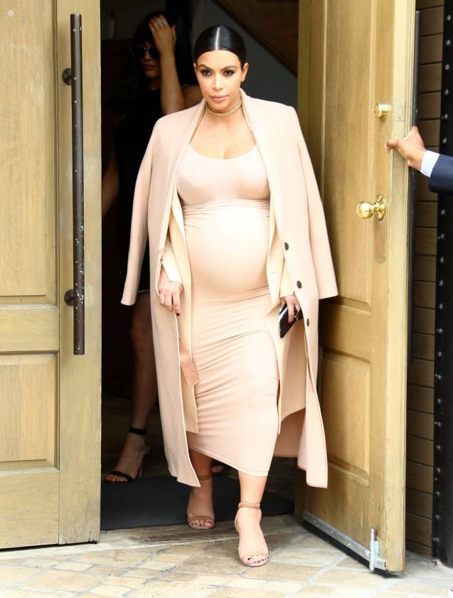 Très bien Kim Kardashian : exit les costumes d'Halloween sexy, elle sort en &HE_13