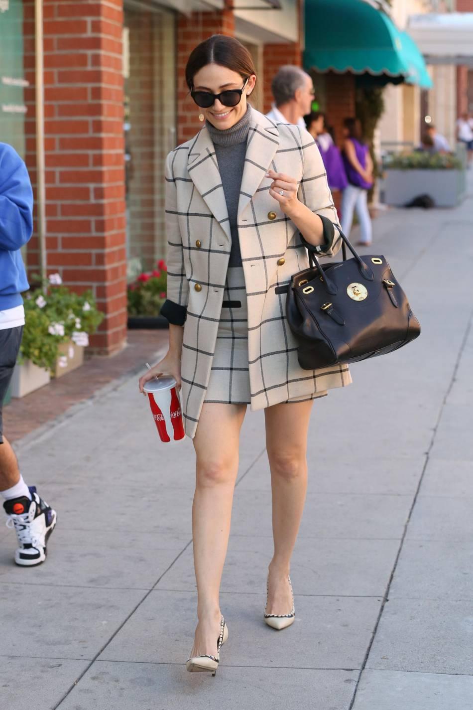 Emmy Rossum aperçue à Los Angeles dans une tenue à carreaux inspirante !