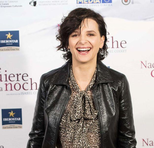 Juliette Binoche, une quinqua au top en cuir et léopard.