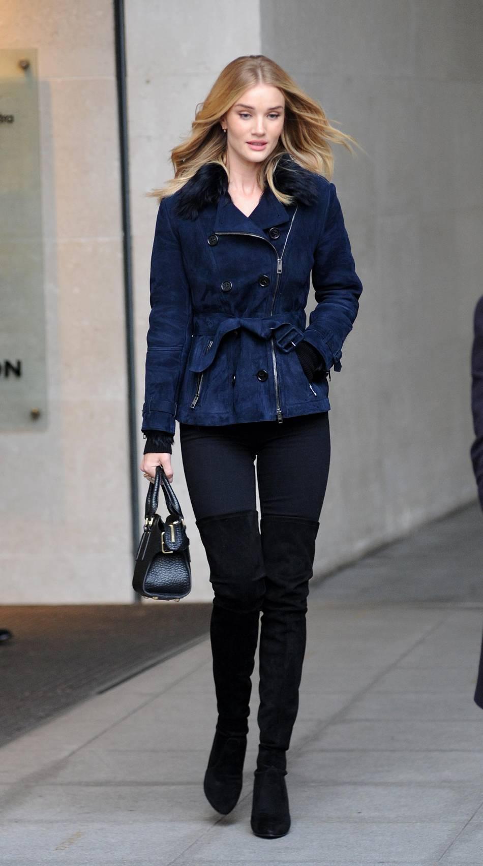 Rosie Huntington-Whiteley et son look qui nous donne envie de mettre des cuissardes !