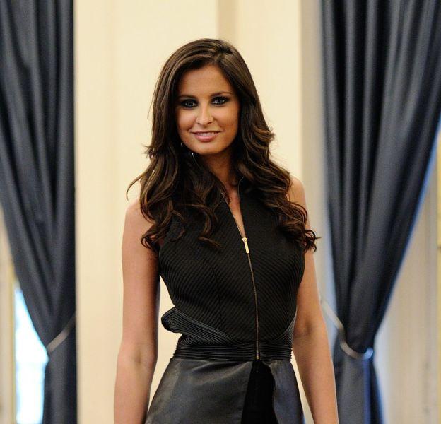 Malika Ménard : la Miss préfère s'emmitoufler dans une grosse écharpe qu'enfiler un manteau.