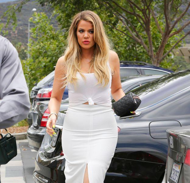 Khloe Kardashian sexy et moulée dans sa robe blanche, elle n'hésite pas à faire la moue devant les paparazzis pour des photos toujours plus glamours.