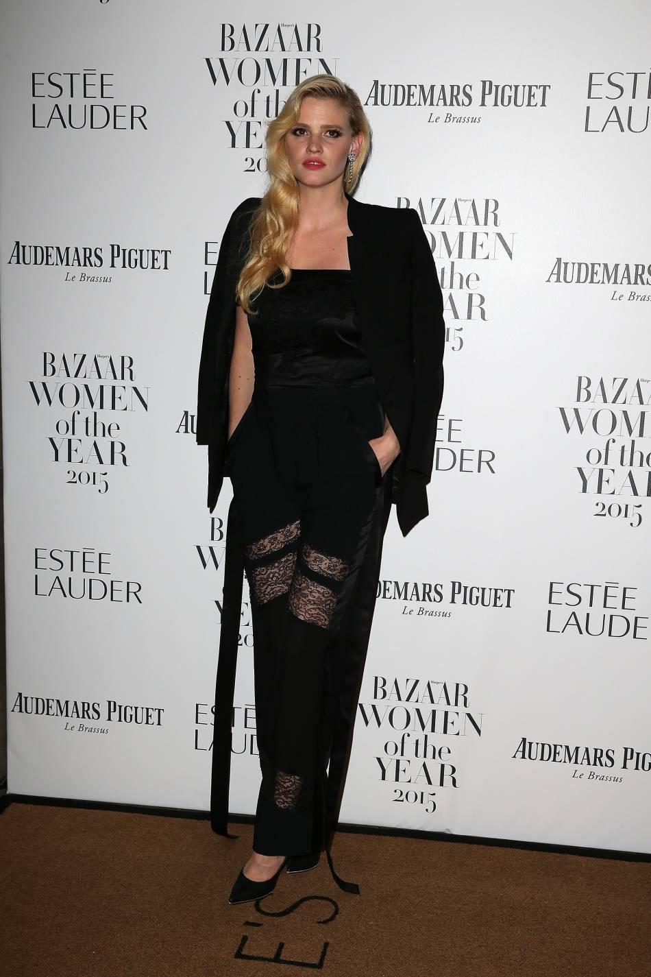 Lara Stone, sensuelle pour la soirée Harper's Bazaar.