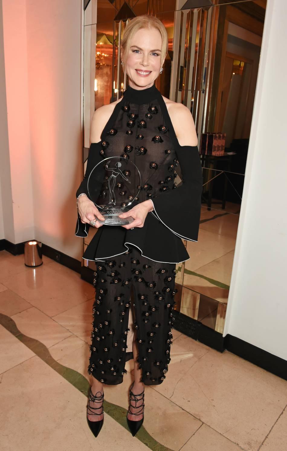 Nicole Kidman dévoile sa silhouette de rêve dans une robe entièrement transparente.