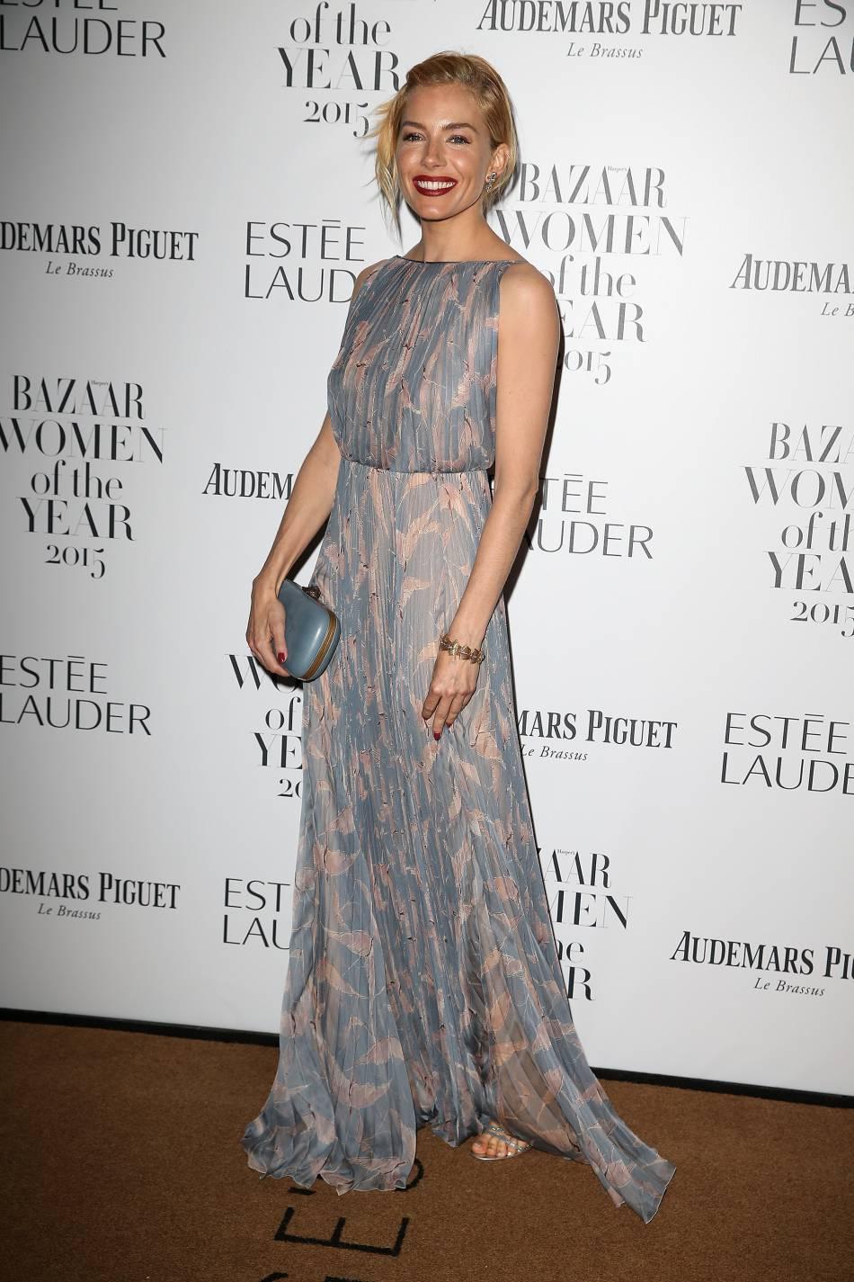 Sienna Miller illumine le photocall dans cette robe plissée bleu ciel et beige.