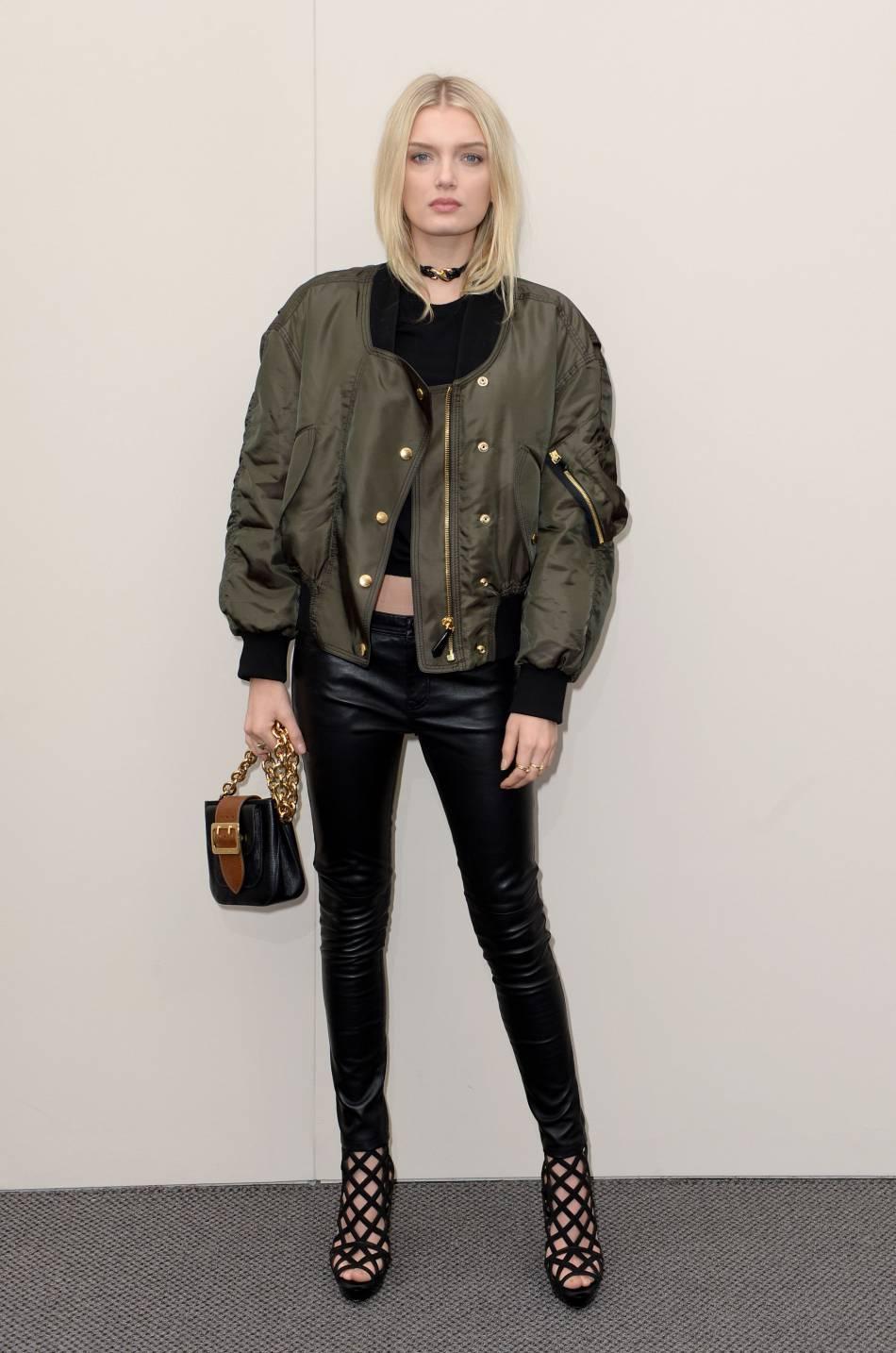 Lily Donaldson toujours aussi sexy en cuir avec le sac The Belt à la main.