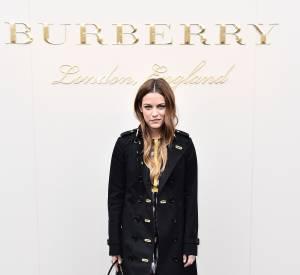 Riley Keough s'offre une apparition zéro faute avec en touche final le sac Bucket de Burberry.2016.